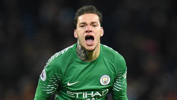 Ederson Moraes (Manchester City) - Uang besar yang dikeluarkan The Citizens untuk memboyong kiper asal Brasil ini tak sia-sia. Refleks yang cepat dan berani duel satu lawan satu membuatnya menjadi kiper yang disegani. (AFP/Oli Scarff)