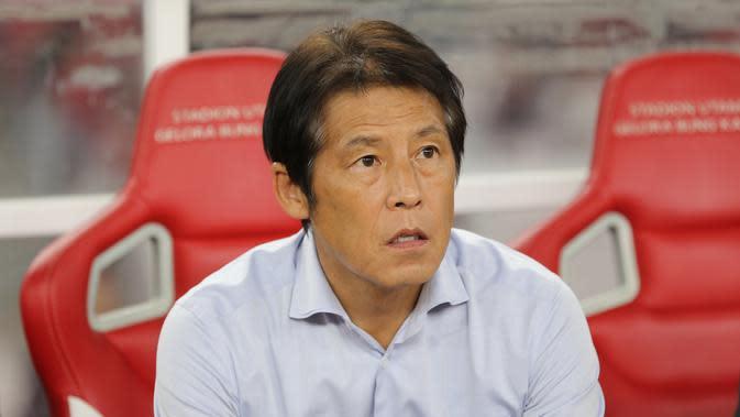 Pelatih Thailand, Akira Nishino, saat melawan Indonesia pada laga kualifikasi Piala Dunia 2022 di SUGBK, Jakarta, Selasa (10/9). Indonesia takluk 0-3 dari Thailand. (Bola.com/M Iqbal Ichsan)