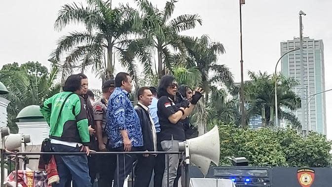 Pimpinan DPR langsung turun ke tempat para pengemudi ojek daring berdemo sebagai bentuk respons dari perwakilan dewan. (Merdeka.com/Ahda Bayhaqi)