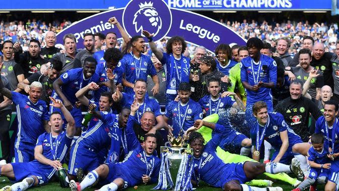 Para pemain Chelsea saat merayakan pesta juara Premier League 2016-2017, di Stamford Bridge, Minggu (22/5/2017). (AFP/Ben Stansall).