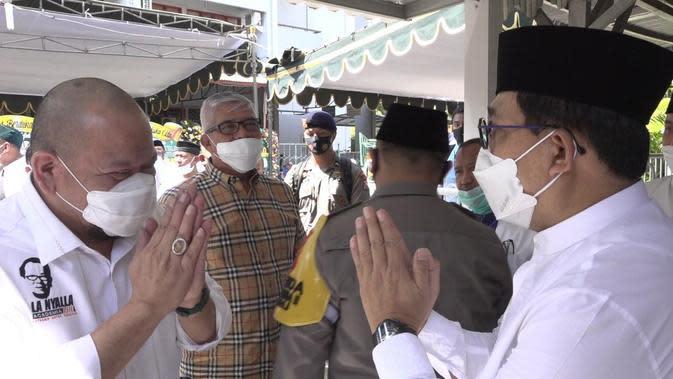 Machfud Arifin (kanan) menyampaikan duka cita atas wafatnya ibunda La Nyalla Mahmud Mattalitti (kiri), Fauziah Mahmud Mattalitti di rumah duka, Jalan Dharmawangsa Dalam Selatan, Kompleks Unair, Surabaya, Jawa Timur, Jumat (24/7/2020). (Ist)