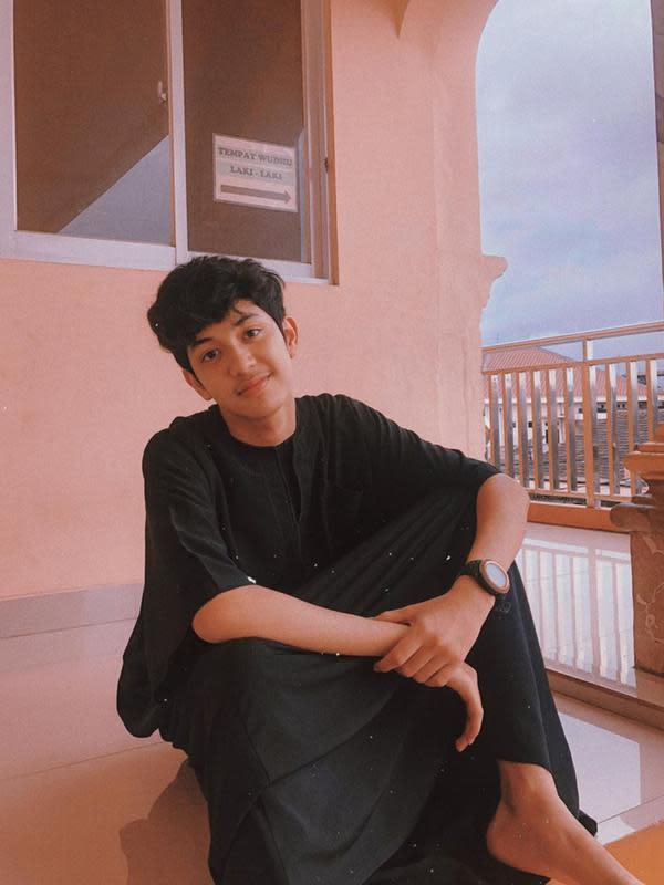 Ia aktif membagikan kegiatan sehari-harinya di media sosial pribadinya tersebut. Tampil dengan busana serba hitam, aktor dan model ini makin tampan. (Liputan6.com/IG/@abunsungkar)