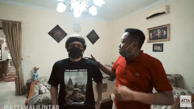 Atta dan Tukul saat di ruang tamu. Atta kaget melihat rumah baru Tukul yang begitu luas di kawasan Jakarta Selatan. Hal itu terlihat dari video yang diunggah Atta yang berjudul ATTA KAGET! Rumah 80 Milyar Tukul Arwana... (Youtube/ Atta Halilintar)