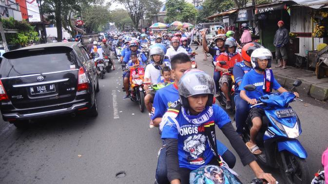 Aremania saat menggelar konvoi di sekeliling kabupaten Malang (Liputan6.com/Rana Adwa)