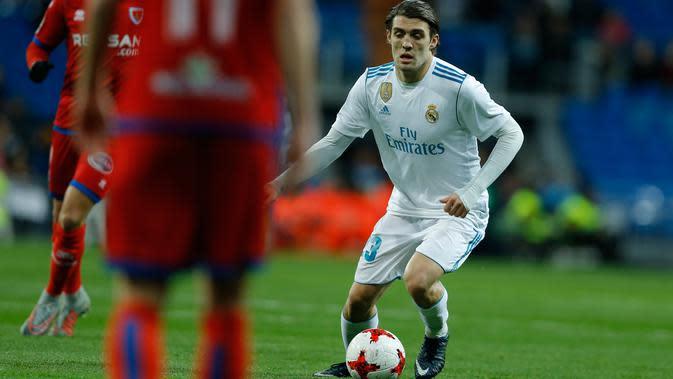 Pemain Real Madrid, Mateo Kovacic, mengendalikan bola saat menjamu Numancia pada leg kedua babak 16 besar Copa del Rey di Santiago Bernabeu, Kamis (11/1). Meski bermain imbang, Real Madrid lolos ke perempat final dengan agregat skor 5-2.(AP/Francisco Seco)