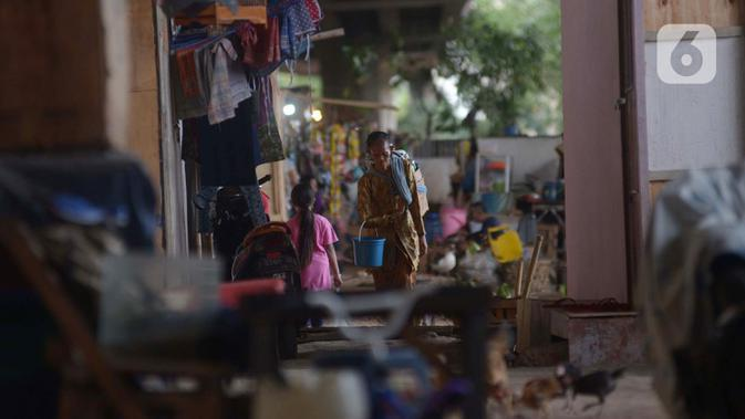 Penjual jamu gendong melintasi permukiman warga di Kawasan Penjaringan, Jakarta, Sabtu (23/11/2019). Bank Dunia mengukur tingkat kemiskinan dengan batas Upper Middle-Income Clas atau kelas menengah mempunyai pendapatan US$ 5,5 atau setara Rp 77 ribu per hari. (merdeka.com/Imam Buhori)