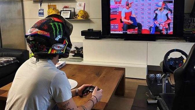 Pembalap Pramac Racing, Pecco Bagnaia berlatih game MotoGP menuju MotoGP Virtual Race. (Twitter/Pecco Bagnaia)