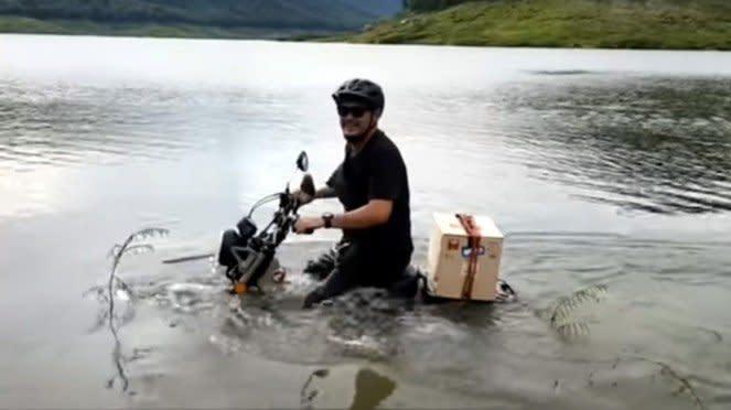 Honda CT125 dibawa berenang di sungai