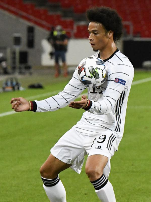 Gelandang Jerman, Leroy Sane mengontrol bola saat bertanding melawan Spanyol pada pertandingan UEFA Nations League di Stuttgart, Jerman (3/9/2020). Jerman bermain imbang 1-1 atas Spanyol. (AFP Photo/Thomas Kienzle)