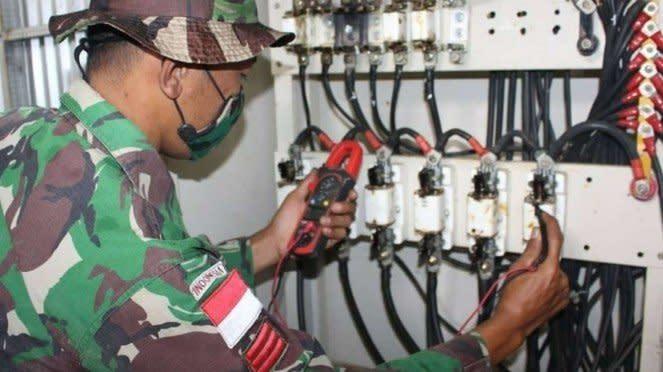 VIVA Militer: Prajurit Satgas Yonif 125/SMB Perbaiki PLTS di Merauke