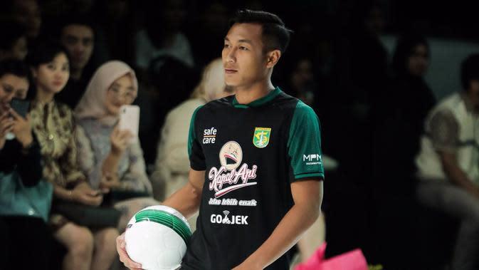 Hansamu Yama memamerkan jersey alternatif Persebaya pada Surabaya Fashion Parade 2019. (Dok Persebaya)