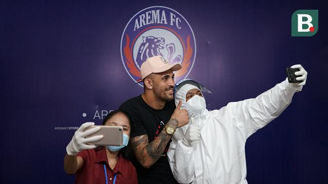 Caio Ruan setelah menjalan swab test di kantor manajemen Arema FC, Senin (28/9/2020). (Bola.com/Iwan Setiawan)