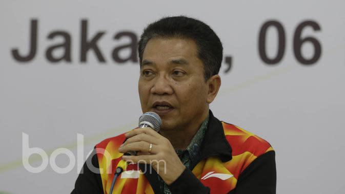 Chef de Mission Piala Sudirman, Achmad Budiharto, memberikan penjelasan saat perayaan ulang tahun PBSI dan pelepasan tim Piala Sudirman di Kantor PBSI Cipayung, Jakarta, Sabtu (6/5/2017). (Bola.com/Vitalis Yogi Trisna)