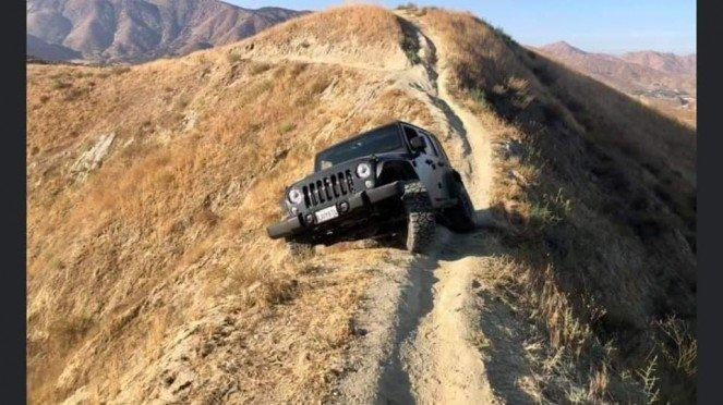 Jeep Wrangler yang tersangkut di punggung gunung