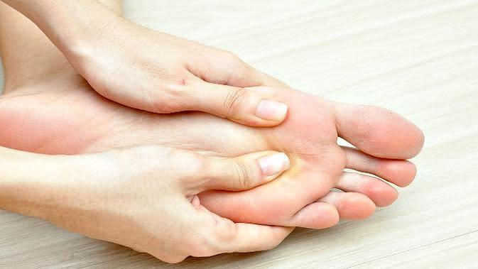 Sebelum tidur, ada baiknya Anda memijat kaki. (Ilustrasi: Mamabee)