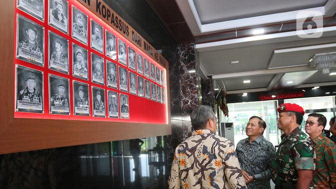 Direktur SCM, Imam Sudjarwo (kedua kiri) didampingi Danjen Kopassus Mayjend TNI I Nyoman Cantiasa melihat-lihat saat silaturahmi ke Markas Kopassus, Jakarta, Senin (13/1/2020). Kunjungan itu bentuk silaturahmi bersama salah satu mitra perusahaan, dalam hal ini TNI. (Liputan6.com/Herman Zakharia)