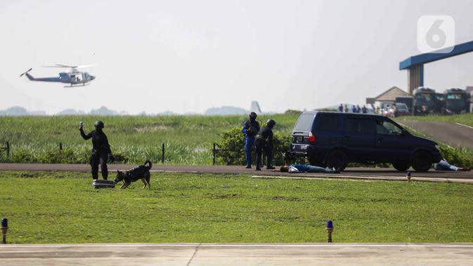 Anggota Polairud menunjukkan simulasi penangkapan atau pengungkapan transaksi narkoba saat perayaan HUT ke-69 Polairud di Mako Polairud, Pondok Cabe, Tangerang, Rabu (4/12/2019). Dalam simulasi tersebut Polairud mengerahkan helikopter hingga anjing K9. (Liputan6.com/Faizal Fanani)
