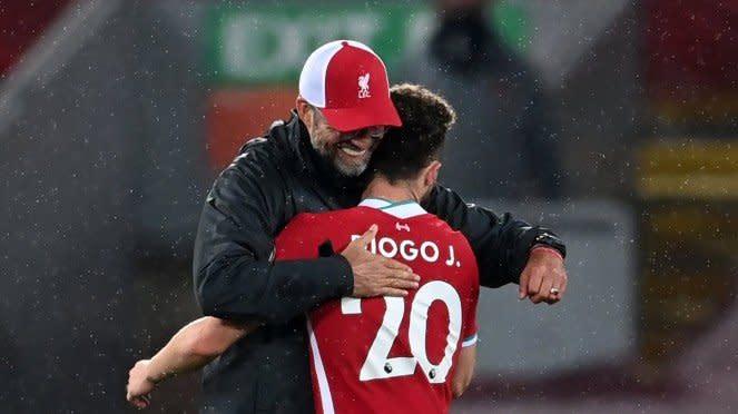 Manajer Liverpool, Juergen Klopp memeluk Diogo Jota usai laga