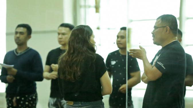 Keseriusan dari maestro seni kebanggaan Indonesia ini terlihat ketika Garin dengan sabar memberi arahan dan diskusi dengan para penari dalam sesi latihan pada senin (13/1/2020) di Studio Tari Teater Jakarta. (Bambang E Ros/Fimela.com)
