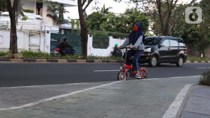 Warga berolahraga sepeda santai di kawasan Danau Sunter, Jakarta, Selasa (23/6/2020). Di masa pandemi COVID-19, berolahraga sepeda mulai digemari dan menjadi tren masyarakat beberapa kota besar di Indonesia. (Liputan6.com/Helmi Fithriansyah)