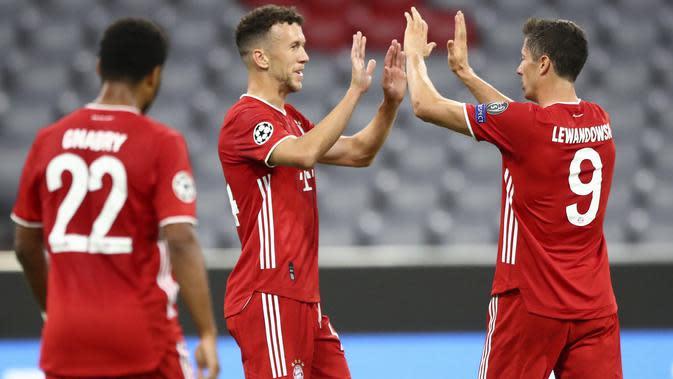 Gelandang Bayern Munchen, Ivan Perisic (tengah) berselebrasi usai mencetak gol ke gawang Chelsea pada leg kedua babak 16 besar Liga Champions di Allianz Arena, Jerman (8/8/2020). Munchen menang 4-1 atas Chelsea. (AP Photo/Matthias Schrader)