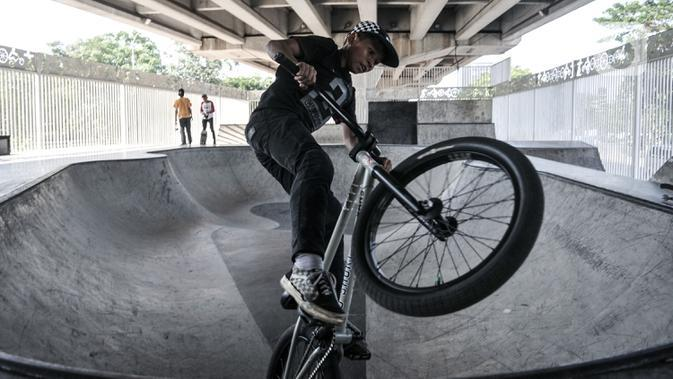 Pemain sepeda BMX saat bermain di Skate Park Kolong Flyover Pasar Rebo, Jakarta, Minggu (23/8/2020). Meski pandemi Covid-19 terus merebak di Ibu Kota, Skate Park Kolong Flyover Pasar Rebo tetap ramai didatangi untuk menyalurkan hobi. (Liputan6.com/Iqbal Nugroho)