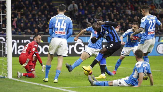 Striker Inter Milan, Romelu Lukaku, melepaskan tendangan ke gawang Napoli pada laga semifinal Coppa Italia di Stadion Giuseppe Meazza, Rabu (12/2/2020). Inter Milan takluk 0-1 dari Napoli. (AP/Luca Bruno)