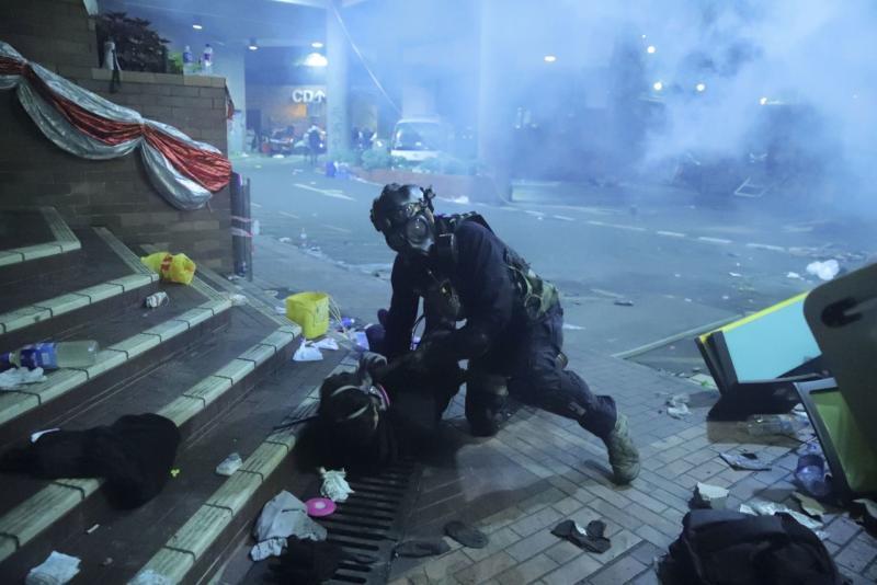 Polisi Hong Kong terobos markas pemrotes di universitas