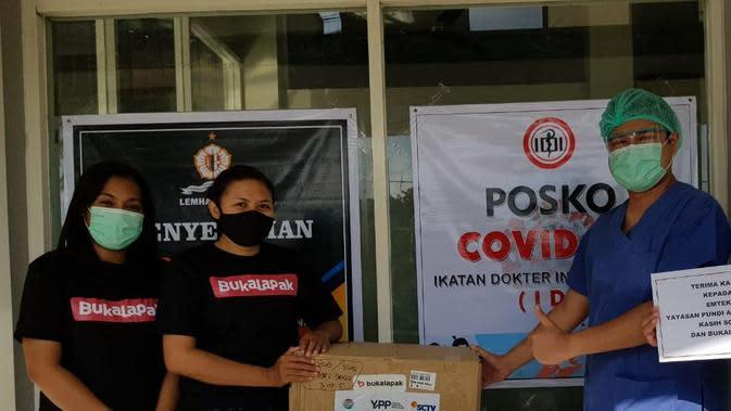EMTEK Peduli Corona menyerahkan ribuan APD dan rapid test kit senilai total Rp 2,500,000,000 kepada Gugus Tugas Covid-19 di Graha BNPB Jakarta. (EMTEK)