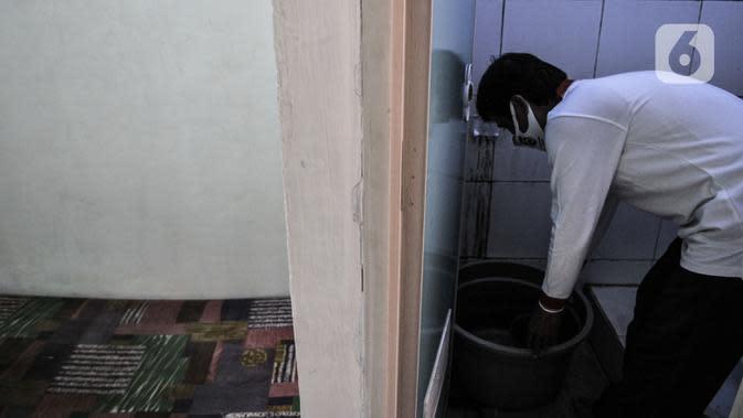 Anggota Lembaga Keswadayaan Masyarakat (LKM) membersihkan kamar isolasi COVID-19 di RW 05 Kelurahan Kuningan Barat, Jakarta, Kamis (27/8/2020). Dengan adanya ruang isolasi tersebut diharapkan dapat mencegah penularan COVID-19. (merdeka.com/Iqbal S. Nugroho)
