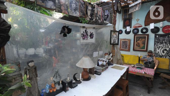 Pedagang menunggu pembeli di Kebayoran Vintage, Jakarta, Rabu (30/9/2020). Selama masa pandemi penjualan barang-barang bekas rumah tangga di meningkat hingga 75 % dimana warga menjual barang-barang miliknya untuk mencukupi kebutuhan hidup sehari-hari. (merdeka.com/Arie Basuki)
