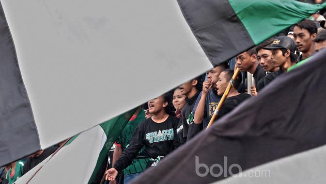 Ekspresi Suporter PSS Sleman memberikan semangat kepada tim Elang Jawa saat melawan Persipura pada partai pembuka Piala Presiden 2017 di Stadion Maguwoharjo, Sleman, Sabtu (4/2/2017). (Dok Bola.com)