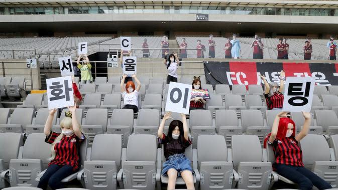 Maneken yang ternyata merupakan sex dolls dipasang di tribune stadion markas FC Seoul pada laga K League 1 (17/5/2020). (AFP/Yonhap)