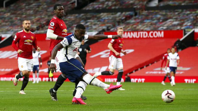 Pemain Tottenham Hotspur Serge Aurier mencetak gol ke gawang Manchester United pada pertandingan Liga Premier Inggris di Old Trafford, Manchester, Inggris, Minggu (4/10/2020). Tottenham Hotspur mengalahkan Manchester United 6-1. (Alex Livesey/Pool via AP)