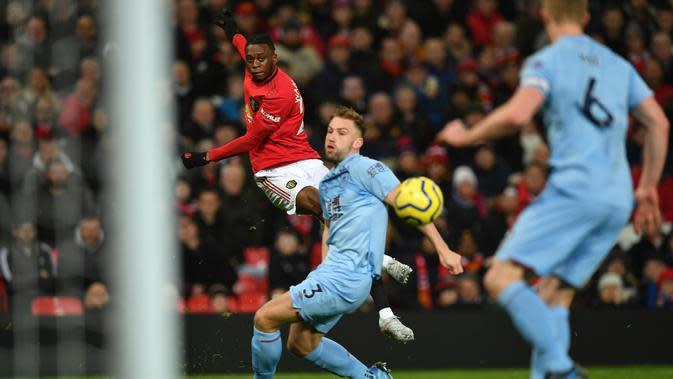 Bek Manchester United, Aaron Wan-Bissaka (kiri) gagal melakukan tendangan dari titik penalti ke gawang Burnley dalam pertandingan pekan ke-24 kompetisi Liga Inggris 2019-2020 di Old Trafford, Rabu (23/1/2020). MU tidak berdaya di kandang sendiri usai takluk 0-2 dari Burnley. (Paul ELLIS/AFP)
