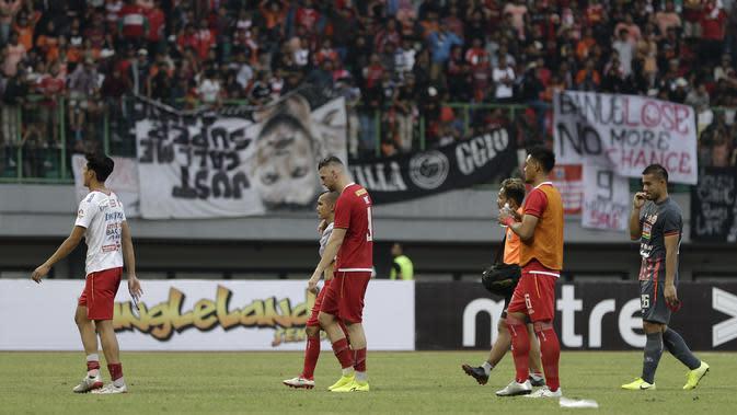 Pemain Persija Jakarta tertunduk usai kalah melawan Bali United pada laga Shopee Liga 1 di Stadion Patriot Chandrabhaga, Bekasi, Kamis (19/9). Bali United menang 1-0 atas Persija. (Bola.com/Yoppy Renato)