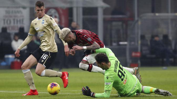 Pemain AC Milan Samu Castillejo (tengah) berebut bola dengan kiper SPAL pada babak 16 besar Coppa Italia 2019/2020 di Stadion San Siro, Milan, Italia, Rabu (15/1/2020). AC Milan menang 3-0. (AP Photo/Antonio Calanni)