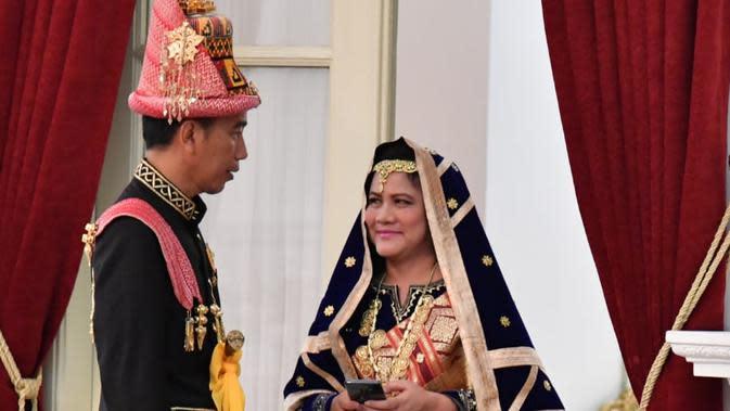 Presiden Jokowi dan Ibu Iriana menggunakan busana adat Aceh sesaat sebelum Upacara 17 Agustus. (Liputan6.com/Loop/BiroSetpres)