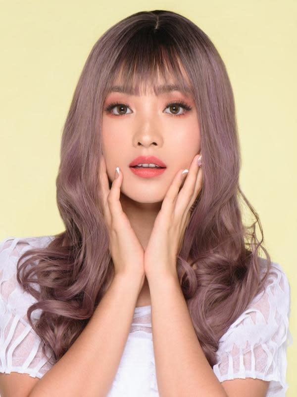 Mantan kekasih Verrel Bramasta ini juga beberapa kali mengubah warna rambutnya. Kali ini ia tampil cantik dengan rambut berwarna ungu. Gaya rambutnya yang berponi inipun memberikan kesan imut pada wajah Natasha Wilona. (Liputan6.com/IG/@natashawilona12)