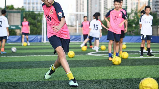 Para siswa mengikuti latihan di lapangan olah raga di atas gedung Sekolah Menengah No.10 Guangzhou, China (17/9/2020). Dikelilingi bangunan hunian yang padat, Sekolah ini memutuskan untuk
