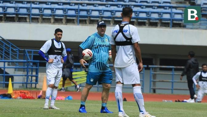 Robert Alberts saat memimpin sesi latihan Persib Bandung di Stadion GBLA, Bandung, Rabu (4/3/2020). (Bola.com/Erwin Snaz)