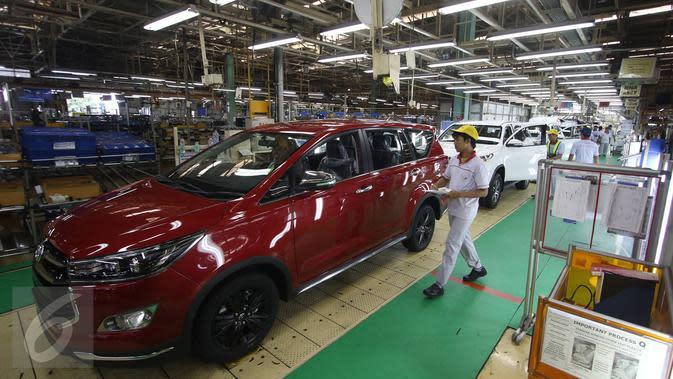 Pekerja mengecek hasil pembuatan mobil Toyota Fortuner dan Innova di TMMIN Karawang Plant 1, Jawa Barat, Kamis (23/2). Ekspor kendaraan roda empat diprediksi tumbuh sebesar tujuh persen di sepanjang 2017. (Liputan6.com/Immanuel Antonius)