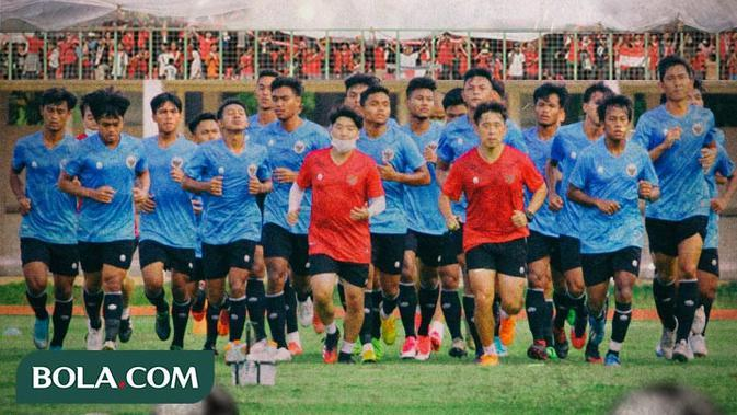 Timnas Indonesia - Timnas Indonesia U-19, Suporter Timnas, Bendera Indonesia (Bola.com/Adreanus Titus)
