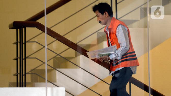 Bupati Solok Selatan, Muzni Zakaria menaiki tangga menuju ruang pemeriksaan di Gedung KPK, Jakarta, Kamis (13/2/2020). Muzni Zakaria diperiksa sebagai tersangka terkait kasus dugaan suap proyek pembangunan infrastruktur Jembatan Ambayan dan Masjid Agung di Solok Selatan. (merdeka.com/Dwi Narwoko)