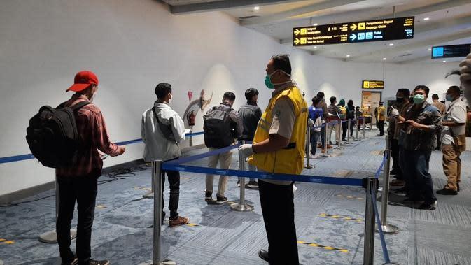 14 ABK asal Indonesia yang bekerja di kapal China, Long Xing 629, tiba di Terminal 3 Bandara Internasional Soekarno Hatta, Jumat sore (8/5/2020). (Liputan6.com/ Pramita Tristiawati)