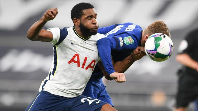 Bek Tottenham Hotspur, Japhet Tanganga berebut bola dengan penyerang Chelsea, Timo Werner pada pertandingan babak keempat Piala Liga Inggris di Stadion Tottenham Hotspur, London, Selasa (29/9/2020). Tottenham menang adu penalti atas Chelsea 5-4. (Neil Hall/Pool via AP)