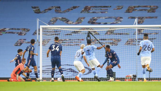 Pemain Manchester City Raheem Sterling mencetak gol ke gawang Arsenal pada pertandingan Liga Premier Inggris di Etihad Stadium, Manchester, Inggris, Sabtu (17/10/2020). Manchester City menang 1-0. (Alex Livesey/Pool via AP)
