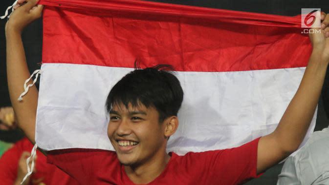 Gelandang Timnas Indonesia, Witan Sulaeman merayakan gelar juara Piala AFF U-22 2019 setelah mengalahkan Thailand pada laga final di Stadion National Olympic, Phnom Penh, Selasa (26/2). Indonesia menang 2-1 atas Thailand. (Bola.com/Zulfirdaus Harahap)