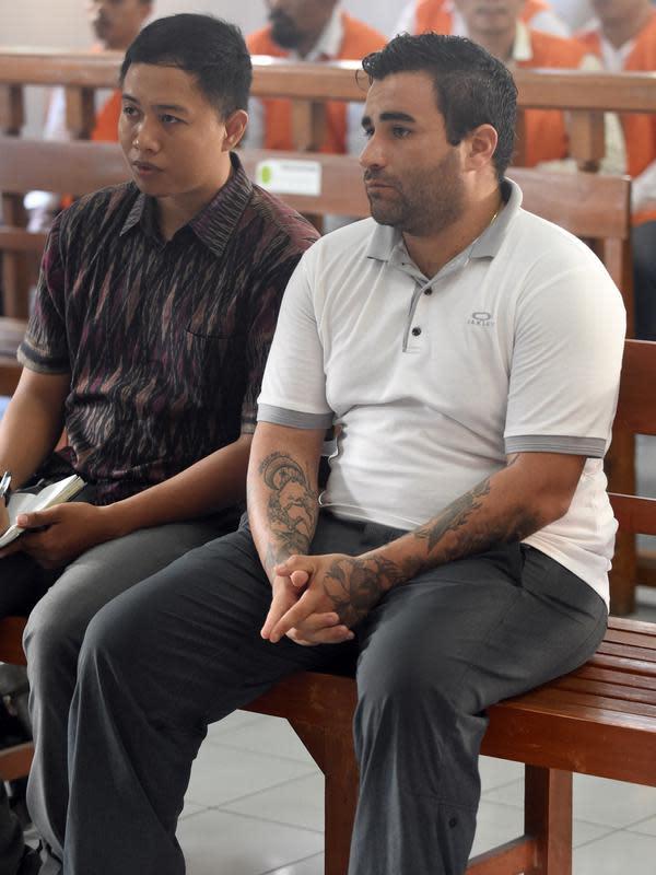 Warga Negara (WN) Amerika, Ian Andrew Hernandez (kanan) menjalani sidang pembacaan vonis di Pengadilan Negeri (PN) Denpasar, Bali, Senin (13/1/2020). Hernandez divonis hukuman sembilan tahun dan empat bulan penjara karena membawa 6,60 gram kokain dan ganja seberat 23,73 gram. (SONNY TUMBELAKA/AFP)