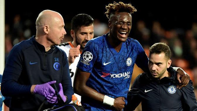 Penyerang Chelsea, Tammy Abraham, mengalami cedera saat bersua Valencia pada laga kelima Grup H Liga Champions, Rabu (28/11/2019) malam waktu setempat. (AFP/Javier Soriano)